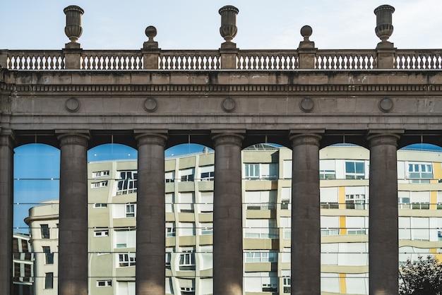 Columnas dóricas y ventanas de un edificio clásico.