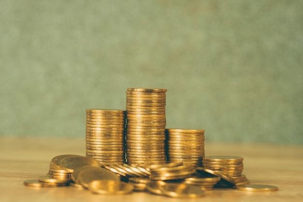 Columnas de monedas de oro.