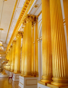 Columnas de oro en el palacio de invierno, san petersburgo.