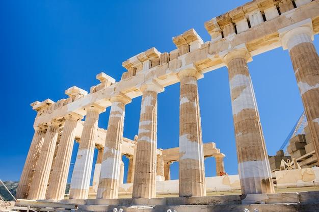 Columnas del partenón en el fondo del cielo