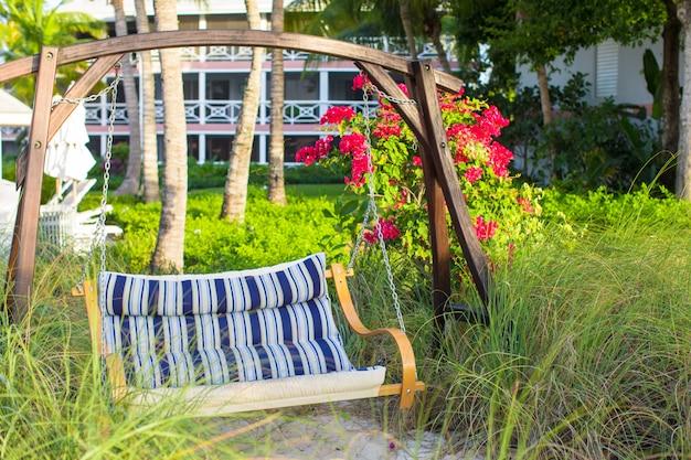 Columpio de verano en un hermoso hotel tropical de lujo