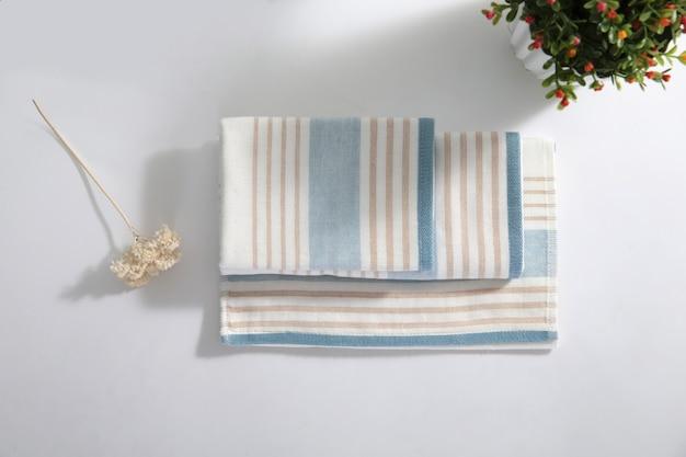 Colurfull sábanas para la venta en el mercado de madiwala