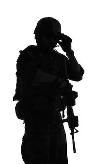 Comando de operaciones especiales del cuerpo de infantería de marina de los estados unidos marsoc raider con arma. silueta de fondo blanco de operador especial marino
