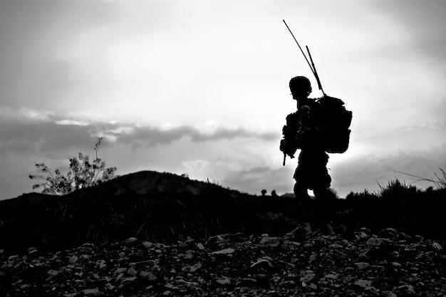 Combatir listo uniforme militar soldado armado batalla