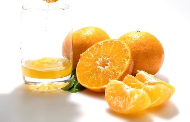 Combinación naranja sobre fondo blanco.