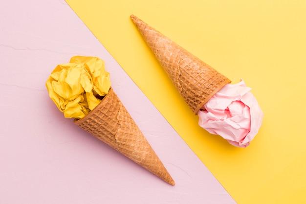 Combinación de papel arrugado y conos de helado.