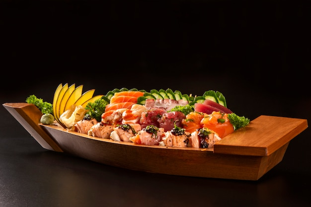 Combo de comida japonesa en fondo negro