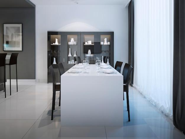 Comedor en cocina de diseño minimalista y mesa blanca para seis personas en el interior con color blanco y negro.