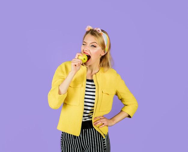 Comer alimentos saludables niña muerde manzana linda niña muerde manzana fresca producto natural orgánico frutas