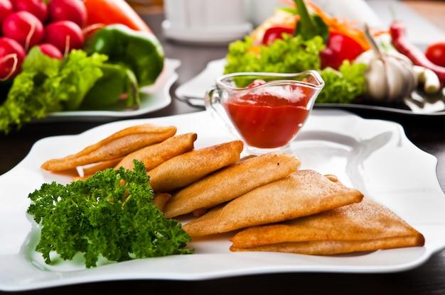 Comer comida rápida, en un plato