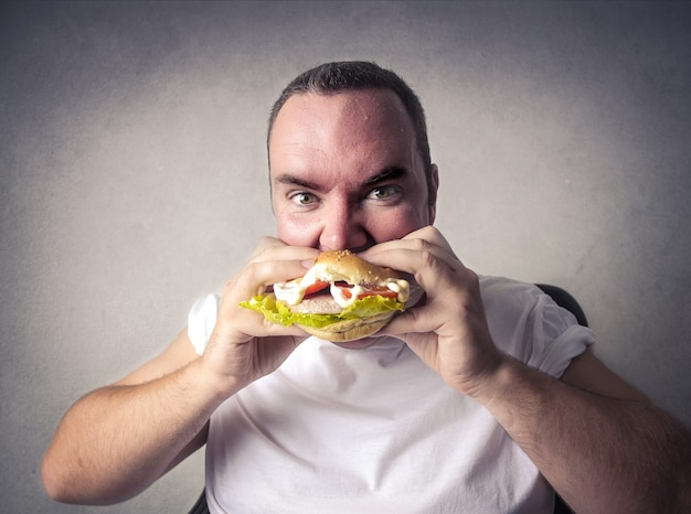 Comer una hamburguesa poco saludable