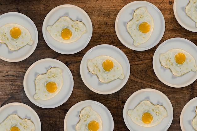Comer omelet caliente mesa de cocinar