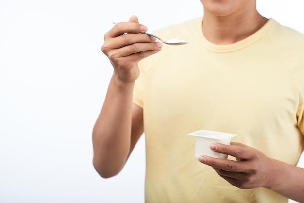 Comer yogurt sabroso