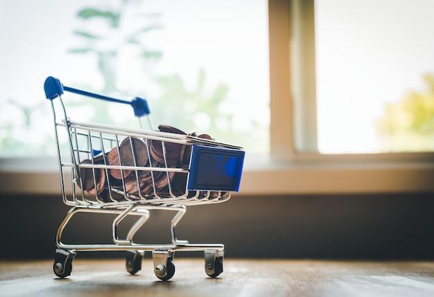 Comercial y concepto comercial, mini carrito de compras contiene monedas de los estados unidos.