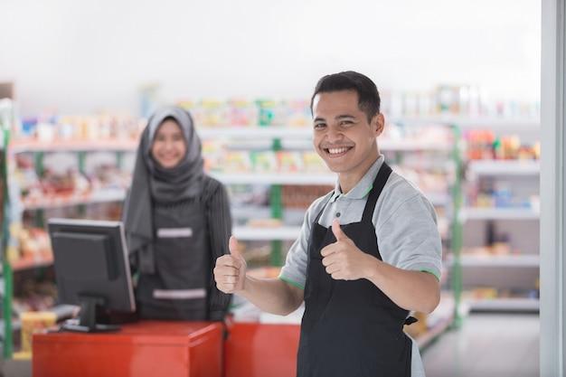Comerciante masculino mostrando el pulgar hacia arriba