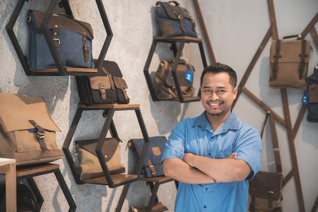 Comerciante en su tienda de bolsos