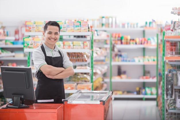 Comerciante en una tienda de comestibles