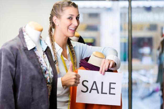 Comerciante trabajando en ventas de promoción