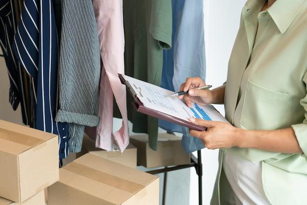 Comerciantes emprendedores de pequeñas empresas en línea que trabajan en la tienda preparando productos para entregar a los clientes, inicio y concepto de negocio en línea.
