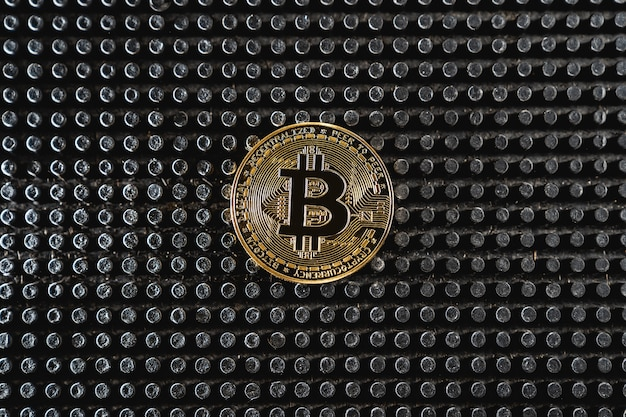 Comercio de bitcoin. moneda de criptomoneda sobre fondo oscuro. pago por servicios de criptomonedas. nuevas oportunidades de bitcoin.