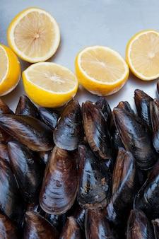 Comercio callejero. una bandeja con mejillones y limones. mejillones rellenos. vista superior de un mejillón.