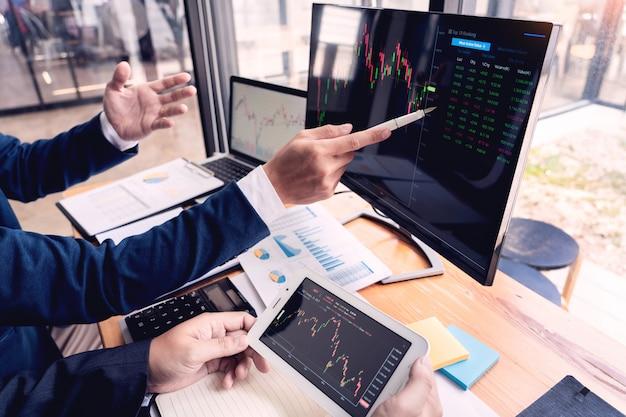 Comercio de empresarios discutiendo y analizando datos.