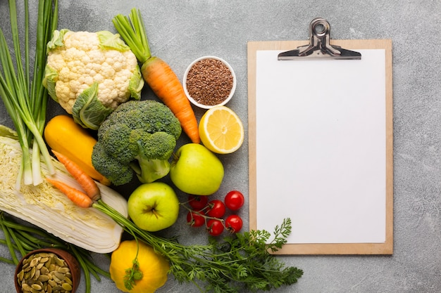 Comestibles con portapapeles sobre fondo de pizarra Foto Premium