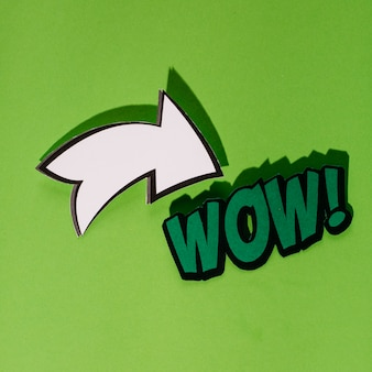 Comic letras wow en estilo retro del arte pop con el icono de flecha blanca
