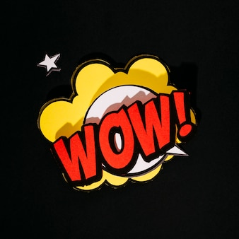 Comic wow! bocadillo de diálogo de efectos de sonido de texto sobre fondo negro
