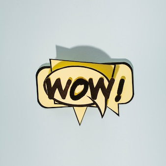 Cómics wow texto sobre burbujas de discurso beige sobre fondo gris