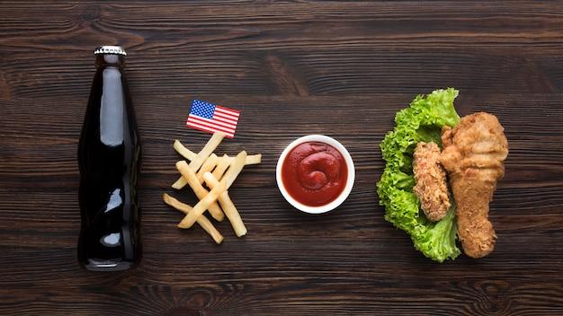 Comida americana con botella de refresco