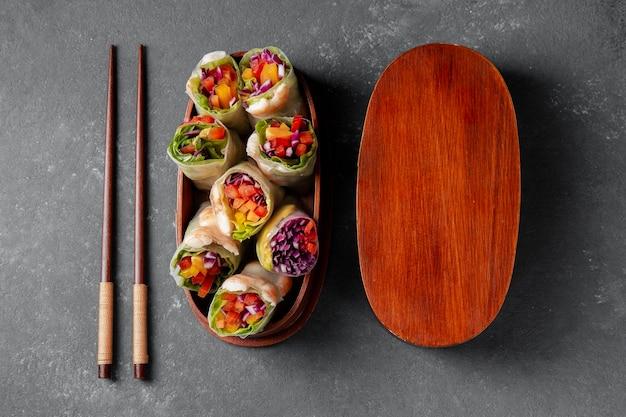 Comida asiática endecha plana en caja