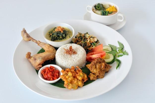 Comida asiática en el plato blanco