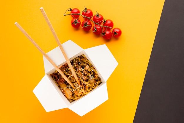 Comida asiática con racimo de tomates