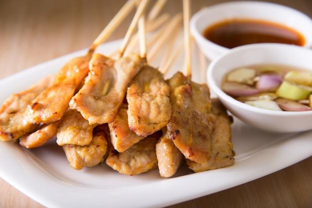 Comida asiática - satay de cerdo con salsa de maní