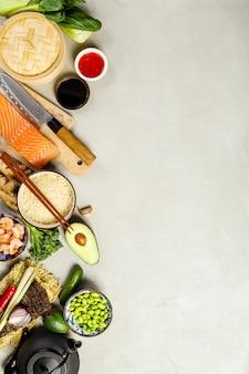 Comida asiática sobre fondo claro, vertical