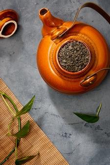 Comida asiática. té sobre la mesa.