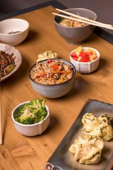 Comida asiática con variedad de verduras y platos.