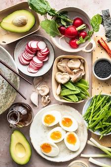 Comida a base de plantas con huevo y verduras fotografía plana.