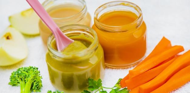 Comida para bebé. puré de verduras y frutas en frascos. enfoque selectivo.