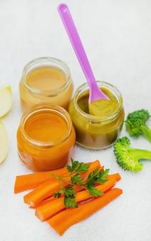 Comida para bebé. puré de verduras y frutas en frascos