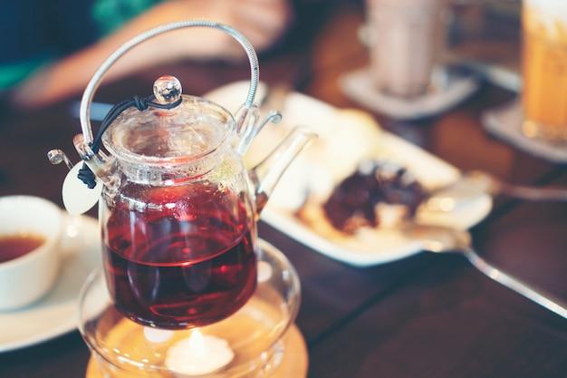 Comida y bebida en cafe.