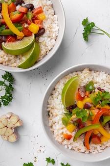 Comida brasileña endecha plana con arroz