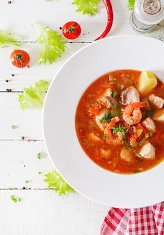 Comida brasileña: moqueca capixaba de pescado y pimientos en salsa de coco picante
