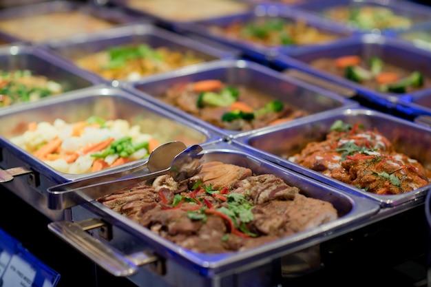 Comida buffet, fiesta de comida en el restaurante, mini canapés, aperitivos y aperitivos