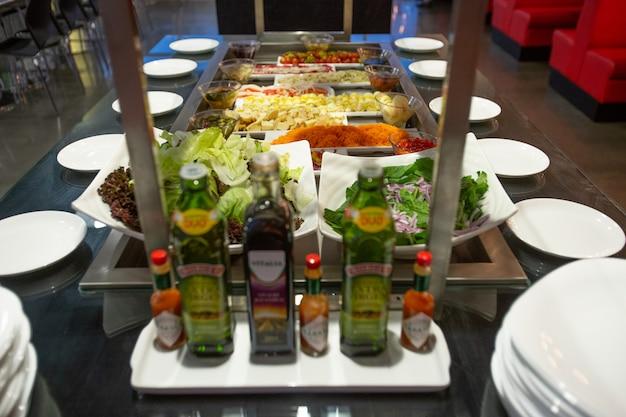 Comida buffet en restaurante.