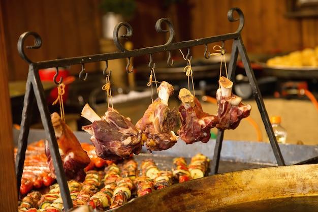 Comida de la calle. filete de cerdo cocinado al fuego. filete de cerdo cocido