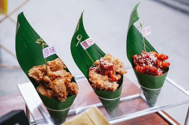 Comida callejera asiática en hojas verdes