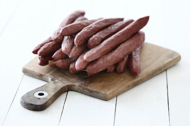 Comida, carne. deliciosa salchicha sobre la mesa