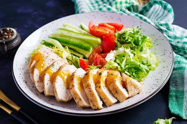 Comida cetogénica, cetogénica. filete de pollo frito y ensalada de verduras frescas de tomate, pepino y lechuga. carne de pollo con ensalada. comida sana.